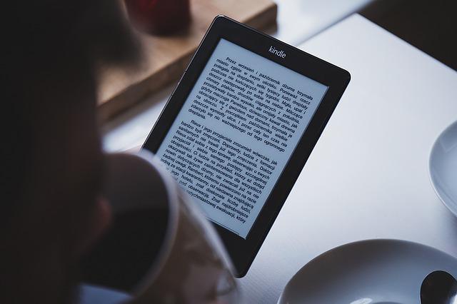 Amazon Kindleと楽天koboのどちらを買うべきか
